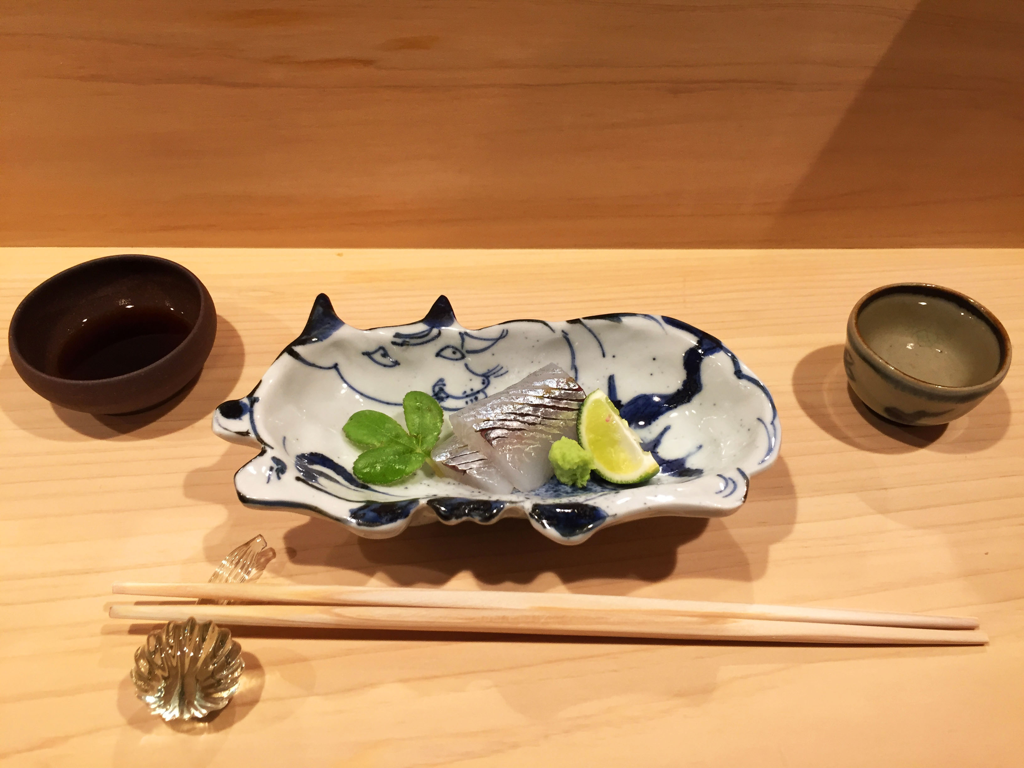 無垢カウンター(ヒノキ)と和食料理