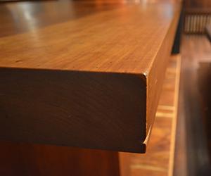 経年変化で丸みを帯びた無垢テーブル